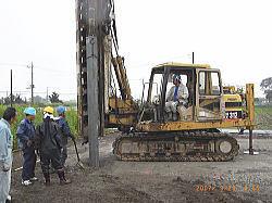 軟弱地盤のため5mのコンクリートパイルを圧入工法にて補強している